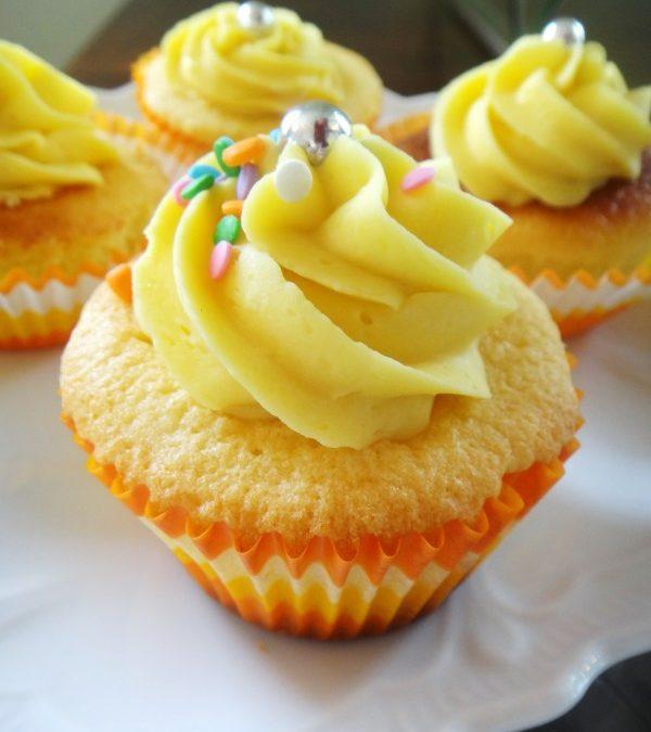Cupcakes com recheio e cobertura de ganache de maracujá