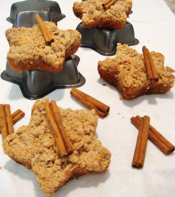 Mini muffins de cerejas frescas, cucas de banana, e muffins de maçã e castanha-do-Pará