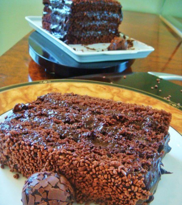 Bolo de chocolate com Coca-cola e recheio de brigadeiro